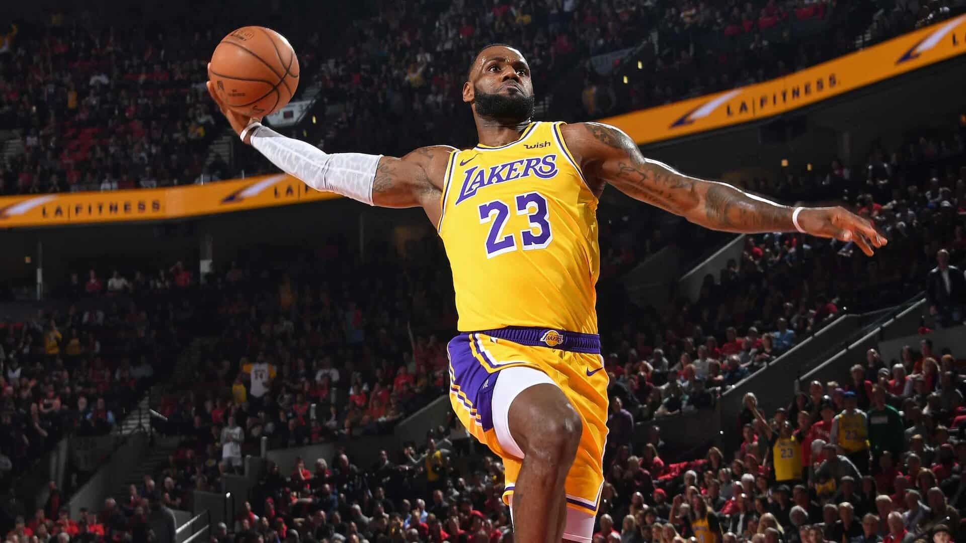 LeBron James dunk avec les Lakers